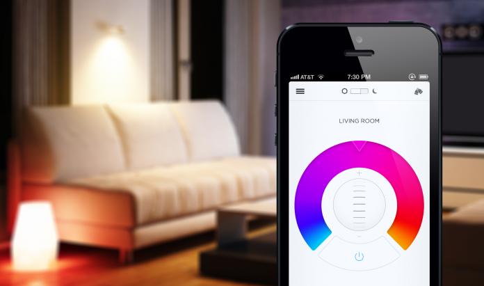 In primo piano l'app per il controllo delle lampade LIFX