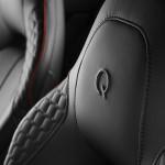 Le Aston Martin Personalizzate da Q in mostra a Pebble Beach - Particolare del logo di Q sul sedile