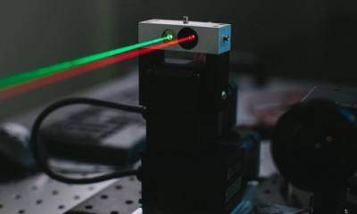 Zuckerberg mostra il laser che porterà Internet nel mondo