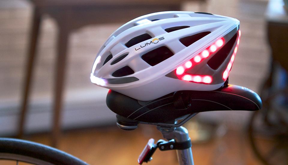 Lumos, il casco per ciclisti con la luce per i freni