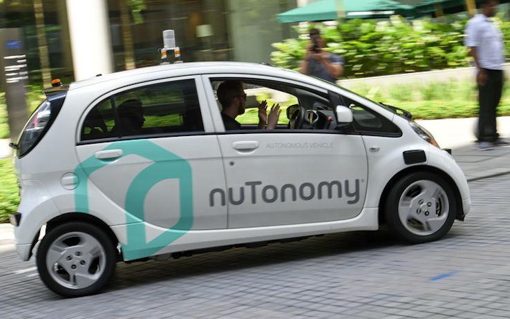 Auto a guida autonoma in tilt per i bollini sui segnali stradali