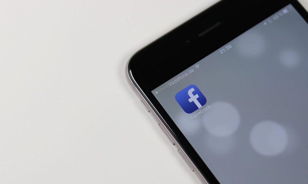 """Facebook, nuovi guai: """"Condivisi dati personali con i produttori di smartphone?"""""""